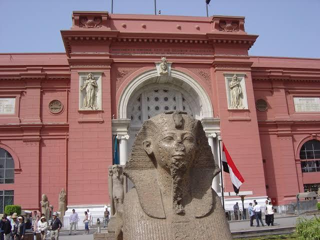 رصد مرشد سياحي تمثال مربوط باسلاك الكهرباء في المتحف المصري