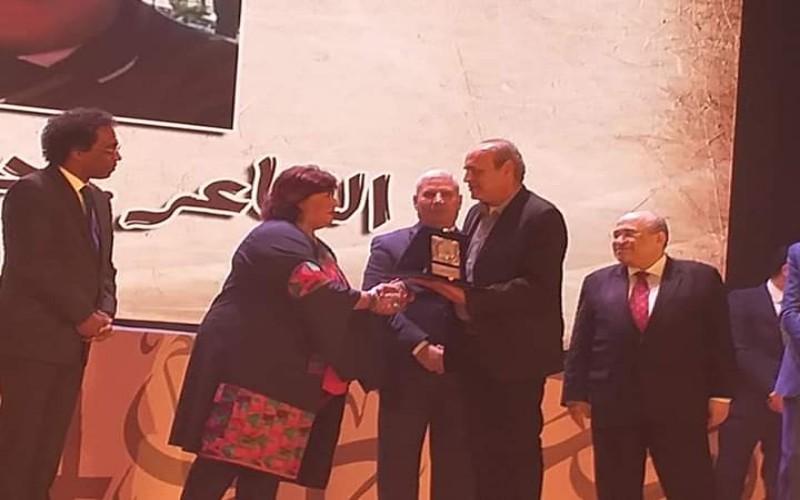 وزيرة الثقافة تكرم الشاعر السويسى حاتم مرعي عن أدباء وجه بحرى فى المؤتمر العام لأدباء مصر. التنوير_eltanwer