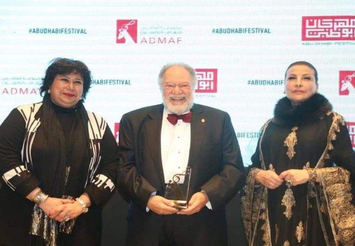 الفنان يحي الفخراني يتسلم جائزة مهرجان ابوظبي للثقافة والفنون